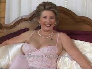 Sexy Granny w Dildo free