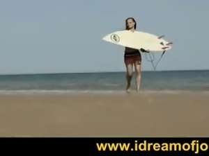 Stunning surf babe gets horny on the beach