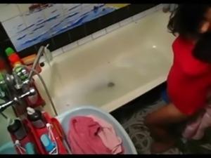 espiada masturbandose en la ba