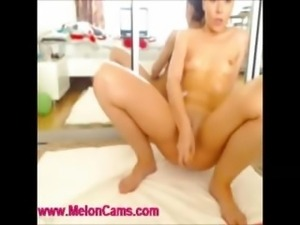 HOT girl makes an amzing squirt show in FREE c2c chat.