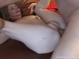 Gorgeous older babe loves to fuck free