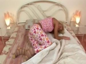 Blonde jerkingoff off before a sleep free