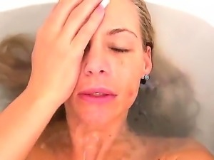 Sexy Phoenix Marie woke up early in the morning and takes a bath with a camera