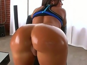 Lisa Ann is going a really hard workout and demonstrating her marvellous butt...