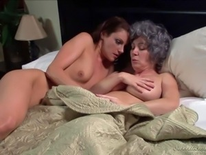 Rayveness and Samantha Ryan go to bed totally naked. Sexy