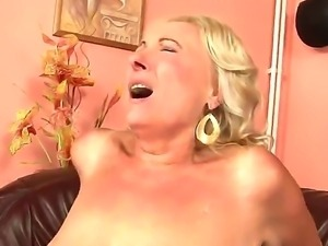 Grannyfucker puts his cock in the Silas hairy hole and gets pleasure