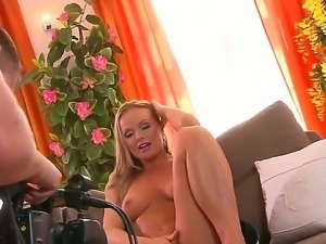Silvia Saint enjoys rubbing and pounding her cunt in amazing solo session