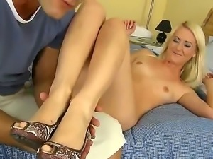 Sexy blonde Candy Sweet meets Renato and goes in the oral adventure with him
