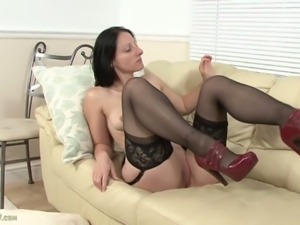 Mature amber clare rubs her clit