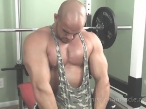 Gorgeous gay bodybuilder jerks his stiffy in the gym