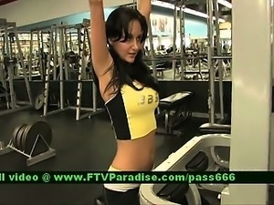 Inventive Girl Flashing Tits In The Gym