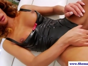 Tranny shemale wanks her hard cock