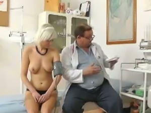 Pervert gyno doctor sets up a hidden cam for pussy