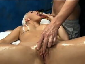 Beautiful gal is sucking 10-pounder