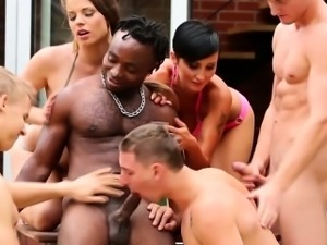 Bisex babes kiss hunks while they suck