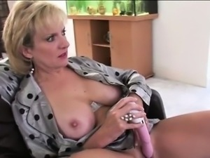 Mature british tart masturbates