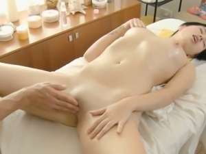 Girlie\'s wet messy cleft endures toying
