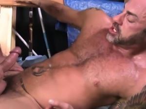 Bulky stud tugged for cum
