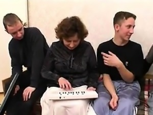 Thick Mature Mother Fucking In A Foursome