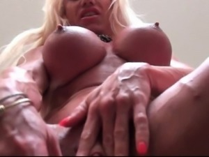 Muscle female with huge clit dildoing