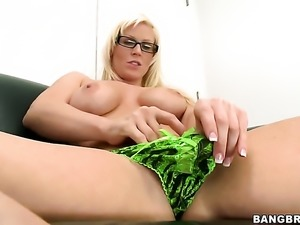 Young milf Kailee fingering herself