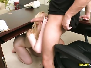 Blonde with bubbly ass and clean pussy needs face cumshot badly