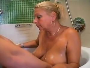 Justin with a MILF in the bath