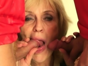Two buddy fuck her old pussy and mouth