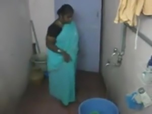 desi- south indian aunty bathing