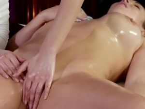 Tonned shaved cunt babe gets massage