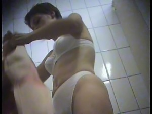 Gorgeous young hottie inspects her pussy while naked and ch