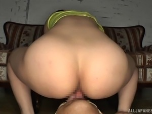 Japanese chick with amazing buttocks is ready to have her pussy licked