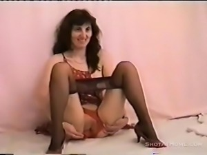 Brunette MILF stays a dildo within her
