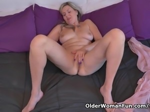 Canadian milf Velvet Skye needs to rub one out