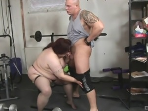 Fat bimbo getting shagged by the tattooed guy in the gym