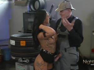 Tattooed German Amateur vom Opa in der Werkstatt gefickt