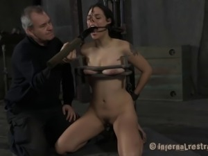Zayda J spreads her legs for a buzzing toy which makes her pussy moist