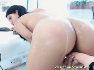 Stunning pale skin curvy webcam model trying fuck machine