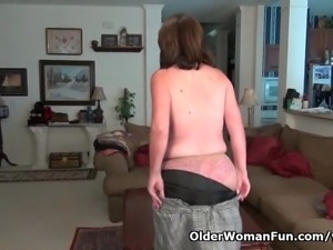 American milf Ava loves playing with her old pussy
