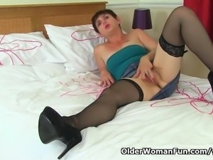English milf Zanderlee gives her cunt a workout