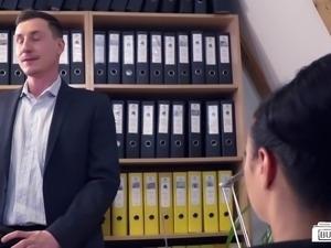 Bums Buero - Schwarzhaarige deutsche Sekretärin treibt es im Office mit...