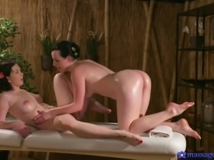 the masseur has a yummy cunt