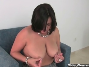 British milf with fuckable body gives her pussy a treat