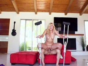 big cock makes the blonde scream so loudly