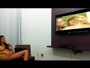 Cl&eacute_o Cadillac assiste videos de L&eacute_sbicas e se masturba...