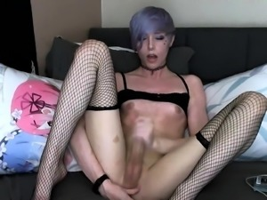 Sexy webcam shemale fingers her anal hole and jerks her dick