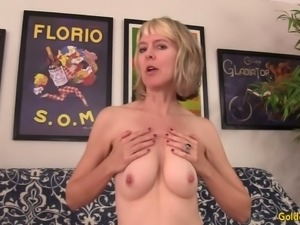 Wrinkled cougar Jamie Foster spreads legs wide to be nailed missionary
