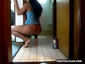 morena dancando em casa