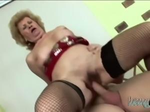 Sexy babe enjoys riding fat cock