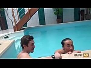 HUNT4K. Aventures sexuelles dans une piscine priv&eacute_e
